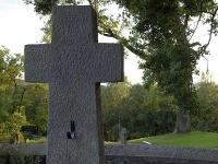 In Volkmarsen hat ein unbekannter Täter mindestens sieben Fensterscheiben an einer Kirche eingeworfen.