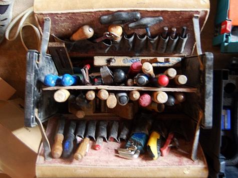 Mehrere Werkzeuge wurden aus einem Baustellenfahrzeug in Sachsenhausen gestohlen. - die Polizei sucht Zeugen der Tat