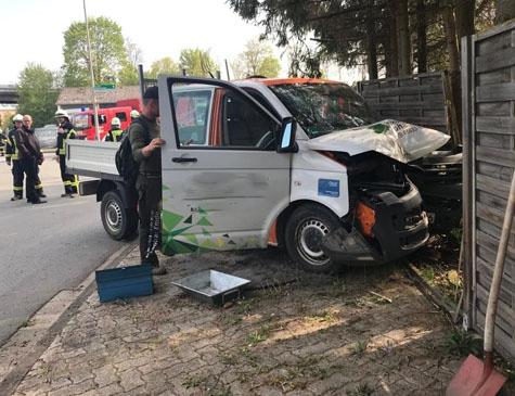 Der Fahrer dieses Firmenwagens verlor am 2. Mai auf der Flechtdorfer Straße die Kontrolle über sein Fahrzeug.
