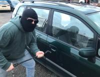 Gleich zweimal hat ein unbekannter Täter einen Audi A3 in der Otto-Nord-Straße zerkratzt.