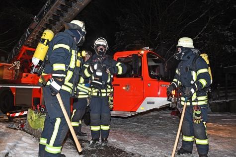 Die Feuerwehr rückte mit schwerem Atemschutz an und konnte der Brandentstehung schnell ein Ende setzen.
