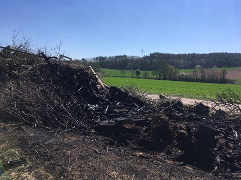 In Haubern ist das Osterfeuer zum Teil abgebrannt.