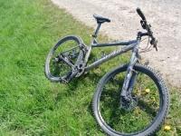 Bei Sundern warf ein Senior mit seinem Gehstock nach einem Fahrrad.