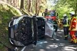 Der Wagen landete auf der Seite, die Beifahrerin musste mit schwerem Gerät befreit werden.
