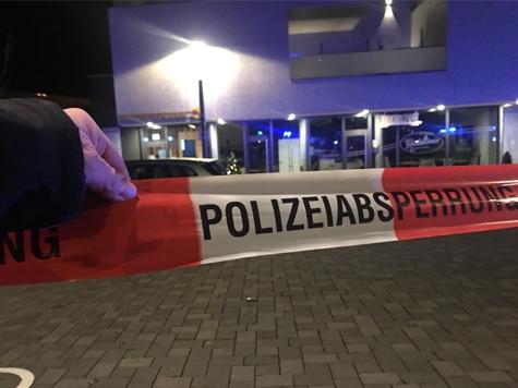 Der Tatort wurde von der Polizei weiträumig abgesperrt - zwei Täter haben versucht am 29. November einen Geldautomat der Commerzbank zu sprengen.