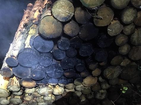 An der Bundesstraße 252 brannte am 5. Oktober ein Stapel Holz.