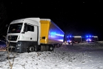 Im Schnee rutschte der Lkw in eine Böschung und drohte, umzustürzen.