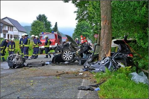 Kaum vorstellbar, dass aus diesem Autowrack ein Mensch lebend gerettet werden konnte.