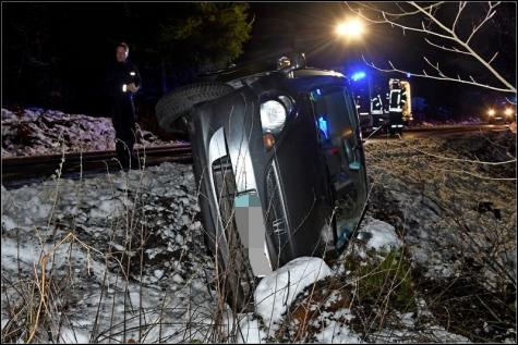Der Wagen kippte auf die Seite und prallte gegen einen Baumstumpf.