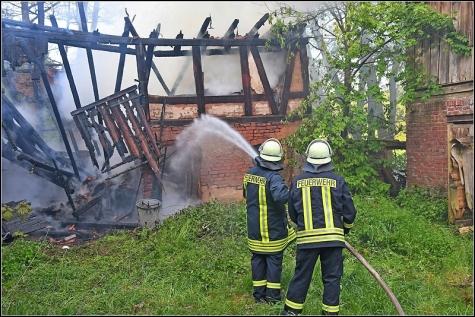 Es blieb dabei, dass nur das kleine Gebäude beschädigt wurde. Die Feuerwehr verhinderte einen Übergriff der Flammen.