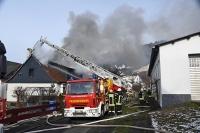Der Dachstuhl brannte komplett aus, umliegende Häuser konnte die Feuerwehr retten.