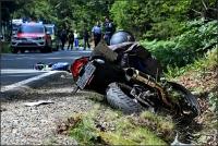 Der Motorradfahre wurde aus der Kurve getragen, kam zu Fall und verletzte sich schwer.