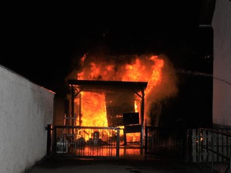In Höxter brannte am Sonntagmorgen ein Carport ab.