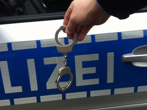 Die Polizei nahm das randalierende Trio fest und führte die drei Männer der Wache zu.