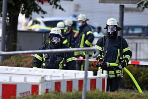 Feuerwehrleute stellten eine Löschbereitschaft her und sperrten die Einsatzstelle ab.