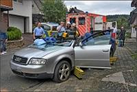 Die Feuerwehr trennte das Dach am Audi ab, umn den Fahrer schonend zu befreien.