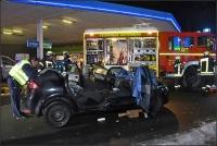 Nach dem Auffahrunfall musste eine verletzte Frau von der Feuerwehr  aus einem Auto befreit werden.