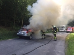 Eine grauer Subaru brannte auf einem Parkplatz der B 450 komplett aus.