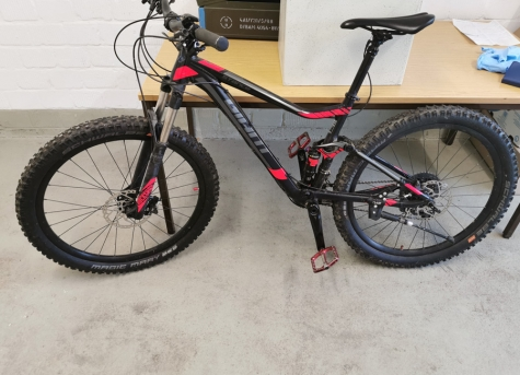 Die Polizei sucht die Eigentümer von zwei Mountainbikes.