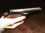 Der Räuber bedrohte das Opfer mit einer Pistole und forderte die Herausgabe von Bargeld.