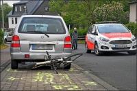 Der Radfahrer schlug nach der Kollision unter einem geparkten Plw ein und wurde schwer verletzt.