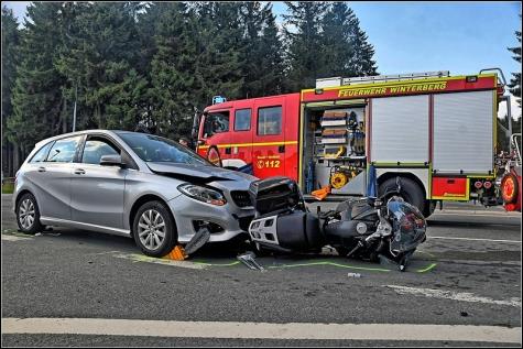 Der Motorradfahrer bei dem Verkehrsunfall am Winterberger Ortseingang.