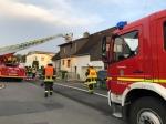 Im Bickeweg brannte ein Einfamilienhaus, der Bewohner wurde mit Verdacht auf eine Rauchgasintoxikation in ein Krankenhaus gebracht.