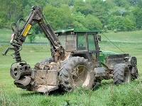 Ein Harvester schob am 25. Febraur unbeabsichtigt einen starken Buchenstamm auf die Landesstraße zwischen Kohlgrund und Helsen - ein Caddy kollidierte daraufhin mit dem hölzernen Element