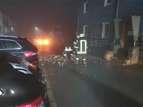 In Löhlbach stürzte am Donnerstag ein Schornstein ein.