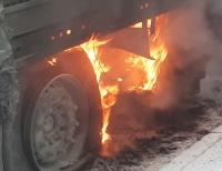 Der Auflieger eines Lkws geriet am 1. August auf der B 252 in Brand.