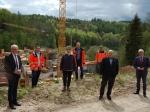 Landrat Dr. Reinhard Kubat und Erster Kreisbeigeordneter Karl-Friedrich Frese haben gemeinsam mit weiteren Vertretern des Landkreises und Hessen Mobil die Großbaustelle für die Ortsumgehung Dorfitter besichtigt.