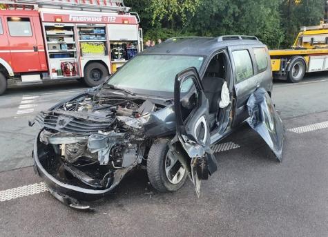 Zwei Personenkraftwagen stießen auf der Strother Straße am Morgen des 10. September zusammen - die Korbacher Feuerwehr musste hydraulisches Gerät einsetzen.