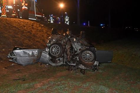 Der BMW war nicht mehr zu erkennen. Der Fahrer wurde schwer verletzt.