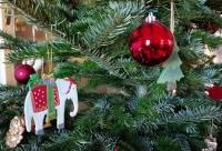 So schön der Schmuck auch aussieht: Wer möchte, dass sein ausgedienter Weihnachtsbaum abgeholt wird, muss ihn abgeschmückt an die Straße stellen.