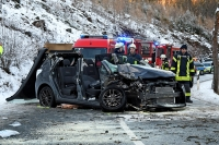 Der Beifahrer des Toyotas musste von der Feuerwehr befreit werden und wurde mit dem Rettungshubschrauber ins Krankenhaus geflogen.