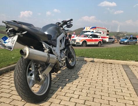 Diese Suzuki wurde am 7. April beschädigt. Polizei, Rettungskräfte und ein Notarzt waren vor Ort.