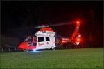 Christoph Gießen flog den Patienten in die Uniklinik Marburg. Die Feuerwehr Girkhausen leuchtete zur Landung den Sportplatz aus.