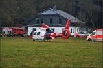 Nach der Versorgung vor Ort und der Rettung durch die Feuerwehr wurde der Mann mit dem Hubschrauber in eine Klinik geflogen, nachdem er von einem Hirsch überrannt und mitgeschleift worden war.