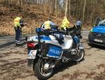 Polizeibeamte überprüfen am 6. April auf einem Parkplatz an der L 3084 ein Motorrad auf technische Mängel