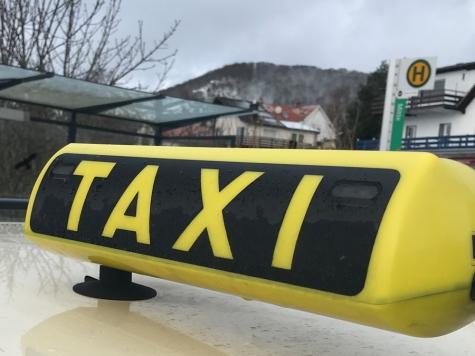 Am 21. Januar wurde ein Taxi in der Laustraße angefahren - die Polizei sucht Zeugen