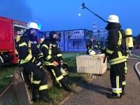 Unter Atemschutz bekämpften die Feuerwehren aus Allendorf, Battenberg und Frankenberg den Brand bei der Firma KBM in Battenfeld.