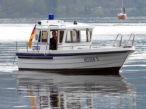 Beamte der Wasserschutzpolizei Edersee suchen Zeugen eines Einbruchs in eine Steghütte an der Sperrmauer.