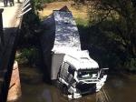 Am 4. Juli durchbrach ein 40-Tonner ein Brückengeländer bei Cölbe und landete in der Lahn.