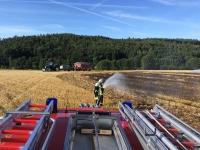 Feuerwehr, Polizei und Rettubngskräfte, unterstützt durch eine Landwirt, waren am 7. August an der A7 im Einsatz.