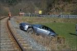 Weil er einem Reh ausgewichen war, landete der Wagen eines 65-jährigen Mannes auf dem Bahndamm.