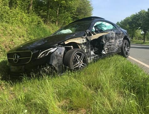 Ein schwerer Verkehrsunfall ereignete sich am 24. Mai 2019 auf der Bundesstraße 253. Ein im Landkreis Waldeck-Frankenberg zugelassener Volvo (KB) kollidierte mit einem in Hamburg zugelassenen Leihwagen der Marke Mercedes-Benz.