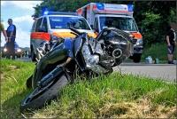 Der Motorradfahrer wurde beim Sturz und durch das Überrollen schwer verletzt. Er wurde nach der Erstversorgung mit dem Hubschrauber in die Uni Marburg geflogen.