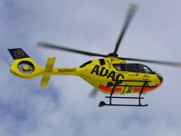 Die schwerverletzte Autofahrerin wurde mit einem Rettungshubschrauber in ein Krankenhaus geflogen.