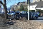 Der BMW wurde beim Aufprall auf den Baum völlig zerstört. Der Fahrer blieb wie durch ein Wunder unverletzt.