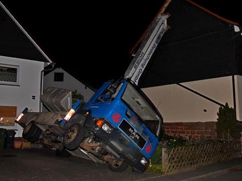 Am 9. September 2019 kippte der Kranwagen einer Bedachungsfirma aus Frankenau gegen ein Haus in Röddenau.